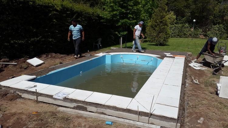 Instalaci n de piscina colocaci n borde at rmico de - Bordes de piscinas ...